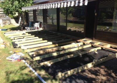Træterrasse til sommerhuset etableres. la Cour Byg