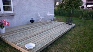 Hyggekrog med trædæk i haven. la Cour Byg