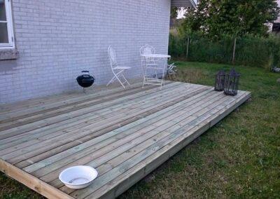 Hyggeligt trædæk i haven. la Cour Byg