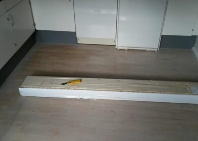 De nye gulve pakkes ud. la Cour Byg