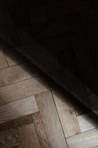 smukt trægulv i sildebensmønster. la Cour byg kan hjælpe dig.